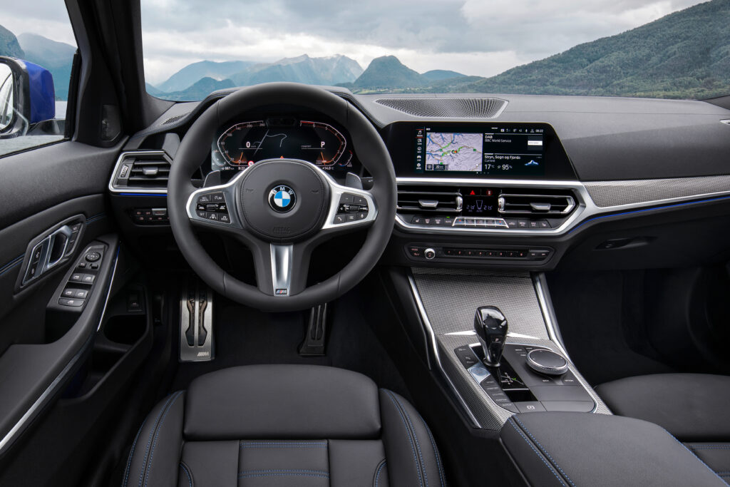 Интерьер BMW G20. Если вы пересаживаетесь из F30, то сюрпризов с расположением органов управления и эргономикой не будет. Всё на своих местах